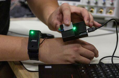 ابداع دستگاهی که داده ها را از طریق بدن و نوک انگشتان منتقل می کند
